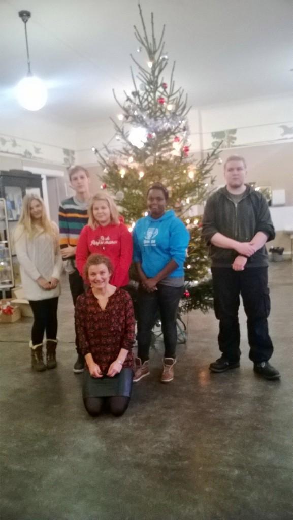 Glada julgransklädare